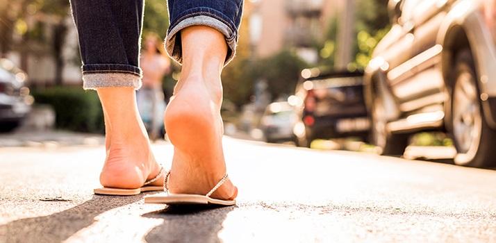 a lábujjak között hámozza meg a bőrkezelést
